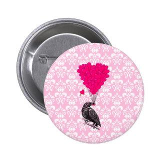 Cuervo y corazón en el damasco rosado pin redondo de 2 pulgadas