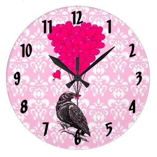 Cuervo y corazón en el damasco rosado reloj redondo grande