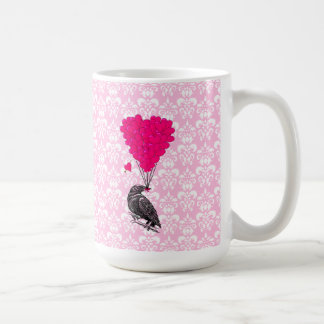 Cuervo y corazón en el damasco rosado tazas