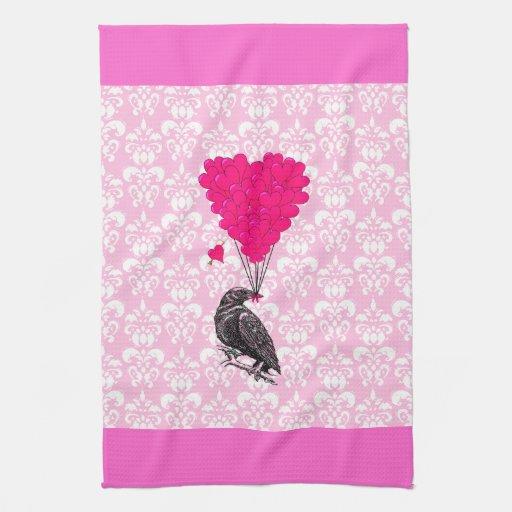 Cuervo y corazón en el damasco rosado toallas de cocina