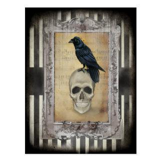 Cuervo y cráneo tarjeta postal
