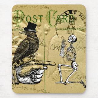 Cuervo y esqueleto mousepads