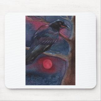 Cuervo y levantamiento rojo de la luna alfombrilla de raton