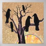 Cuervos en el árbol en el amanecer póster
