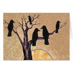 Cuervos en el árbol en el amanecer tarjetón