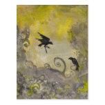 Cuervos en la postal abstracta amarilla de Smokey