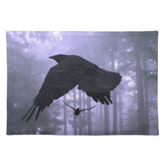 Cuervos que vuelan, bosque y ojos misteriosos mantel individual