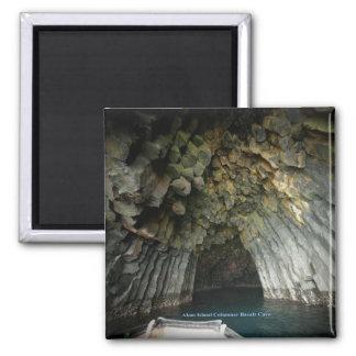 Cueva acolumnada del basalto de la isla de Akun Imán Cuadrado