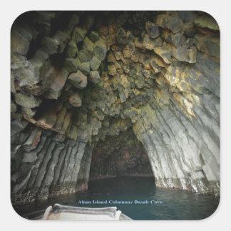 Cueva acolumnada del basalto de la isla de Akun Pegatina Cuadrada