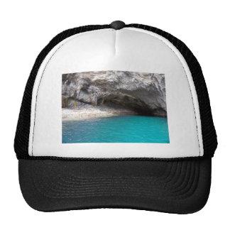 Cueva del mar de la isla de la cabra gorro de camionero