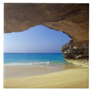 Cueva en la bahía francesa, isla de San Salvador, Azulejo Cuadrado Grande