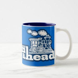 Cueza la taza azul llena del logotipo al vapor del