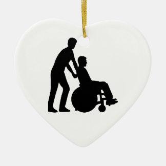 Cuidador de la silla de ruedas adorno de cerámica en forma de corazón