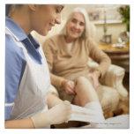 Cuide el embalaje del vendaje en la pierna de la azulejo cuadrado grande