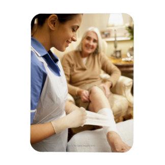 Cuide el embalaje del vendaje en la pierna de la m imanes rectangulares