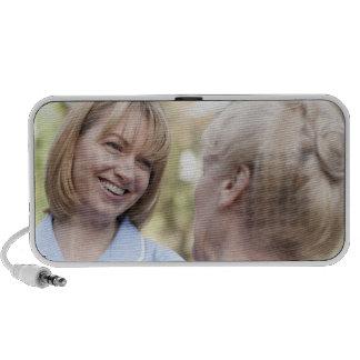 Cuide la sonrisa y hablar con una mujer mayor iPhone altavoz