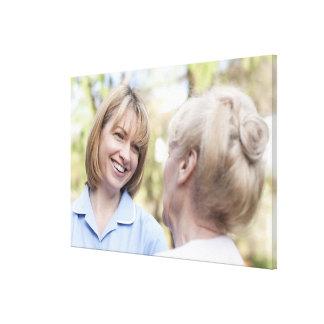 Cuide la sonrisa y hablar con una mujer mayor impresiones en lona