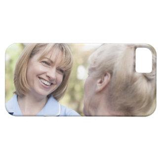 Cuide la sonrisa y hablar con una mujer mayor iPhone 5 fundas