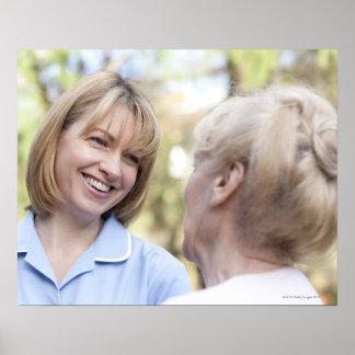 Cuide la sonrisa y hablar con una mujer mayor impresiones