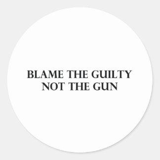 Culpe el culpable no el arma pegatina redonda