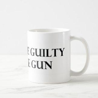 Culpe el culpable no el arma taza de café