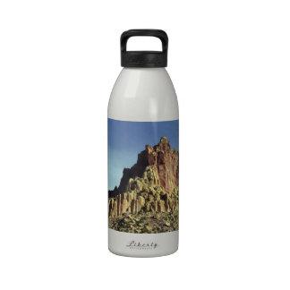 Cumbre de la montaña de la roca botella de agua reutilizable