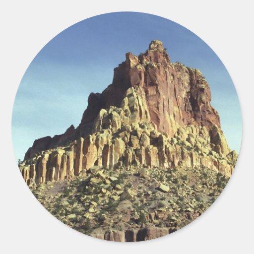 Cumbre de la montaña de la roca etiqueta redonda