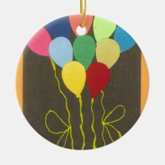 Cumpleaños amarillo de oro adorno redondo de cerámica