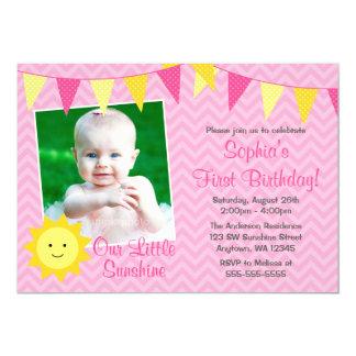 """Cumpleaños amarillo rosado de la foto de la sol invitación 5"""" x 7"""""""