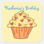 Cumpleaños amarillo y anaranjado personalizado de colcomanias cuadradas