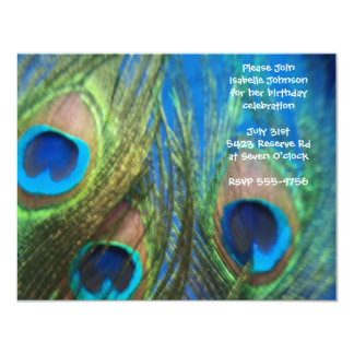 """Cumpleaños azul de la pluma del pavo real invitación 4.25"""" x 5.5"""""""