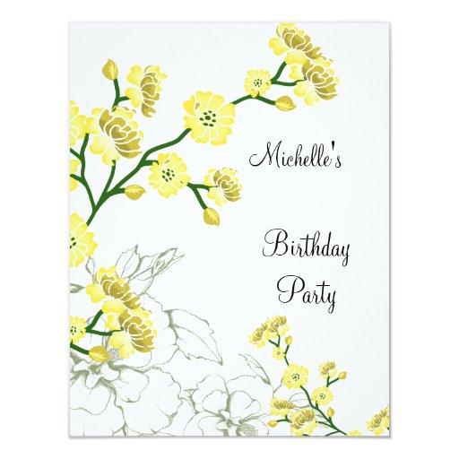 Cumpleaños blanco floral amarillo elegante 2 invitación 10,8 x 13,9 cm