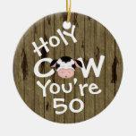 Cumpleaños chistoso personalizado de la vaca 50.a adorno navideño redondo de cerámica