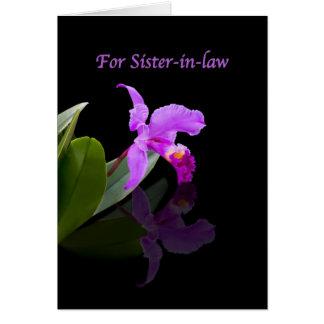 Cumpleaños, cuñada, orquídea reflejada en negro tarjeta de felicitación