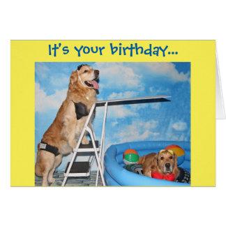 Cumpleaños de la fiesta en la piscina del golden tarjeta de felicitación