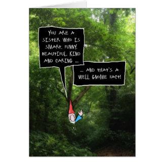 Cumpleaños de la hermana, gnomo chistoso en bosque tarjeta de felicitación