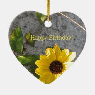 Cumpleaños de la margarita de la duna de la playa adorno navideño de cerámica en forma de corazón