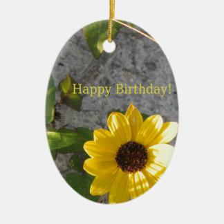 Cumpleaños de la margarita de la duna de la playa adorno navideño ovalado de cerámica