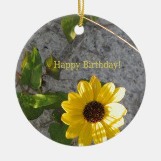 Cumpleaños de la margarita de la duna de la playa adorno navideño redondo de cerámica