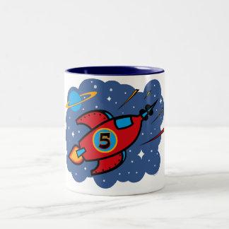 Cumpleaños de la nave de Rocket 5to Taza De Café De Dos Colores