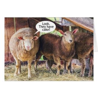 Cumpleaños de la torta del amor de las ovejas tarjeta de felicitación