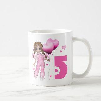 Cumpleaños de los corazones del chica 5to taza básica blanca