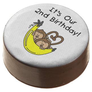 Cumpleaños de los muchachos gemelos del mono el