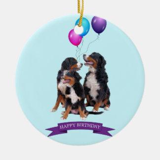 Cumpleaños de los perros de montaña de Bernese Adorno Navideño Redondo De Cerámica