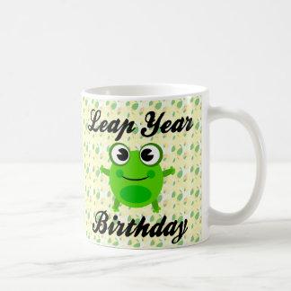 Cumpleaños del año bisiesto, rana linda taza clásica