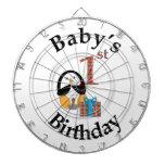 Cumpleaños del bebé del pingüino el 1r tablero de dardos