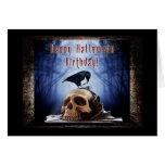 Cumpleaños del feliz Halloween - cuervo en el Tarjeta De Felicitación