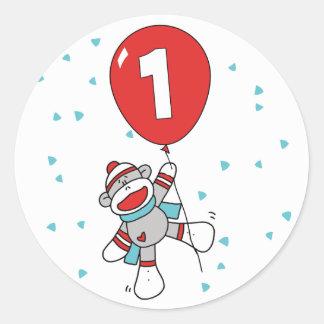 Cumpleaños del mono del calcetín primer etiqueta redonda