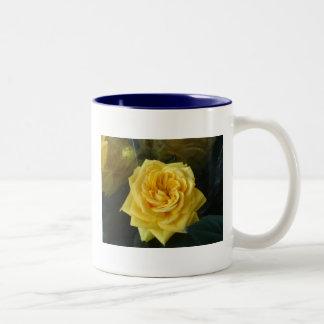 Cumpleaños del rosa amarillo taza de dos tonos