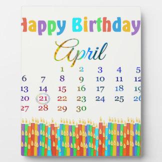 Cumpleaños el 21 de abril, velas coloridas del cum placa de plastico